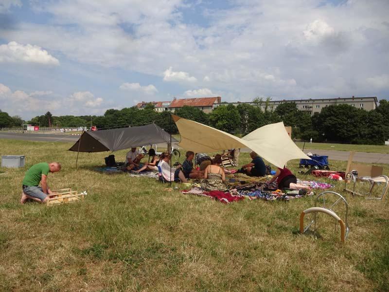 Gemütliches Picknicken auf dem Tempelhofer Feld
