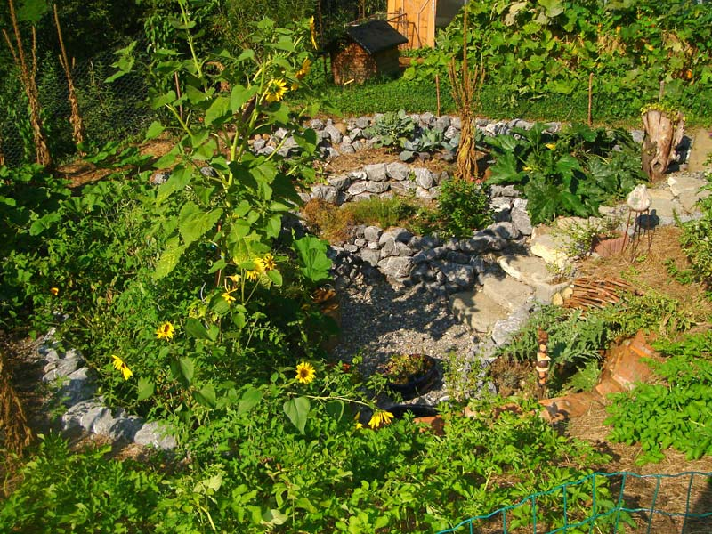Eine Steintreppe führt ins Zentrum, in die Tiefe hinunter