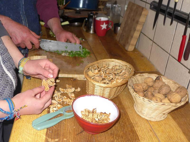 Gemeinsame Abende, bei denen der Jahresvorrat an Nüssen geknackt wird.