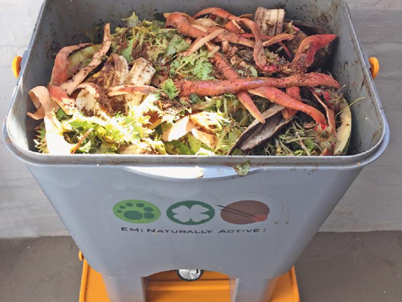Küchenkomposter für Bokashi: Hier entsteht neuer Dünger (Foto © Ökobuch)