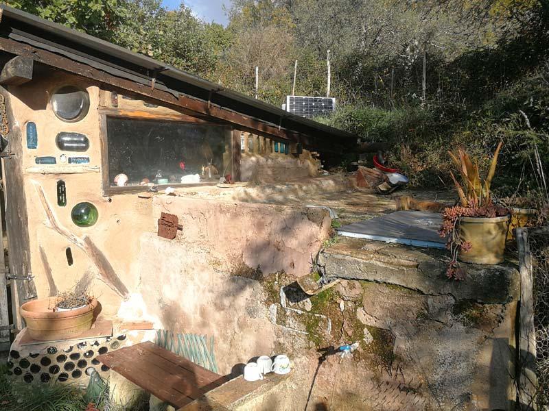 Regenwasser wird über das Dach und einem Kupferrohr direkt zu den Kalksteinen und Sandfilter geleitet. (Foto © Saviana Parodi)