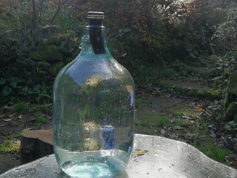 Gewonnenes Trinkwasser gereinigt mit effektiven Mikroorganismen und Pflanzenkohle (Foto © Saviana Parodi)