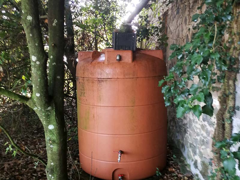 Trinkwasserbehälter aus Teflon am Haus (Foto © Saviana Parodi)